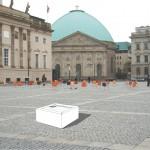"""""""Ein Ort zum Lesen"""", mit digitaler Medienbox auf dem Bebelplatz (Grafik: Jürgen Breiter)"""