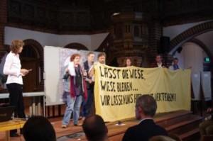 "Bürger platzen mit Bannern ins Tempelhofer Feld-Bürgergespräch: ""Früh stören"" - na, wenn das nicht zur Fußball-EM passt! (Foto: André Franke)"