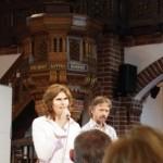 """Moderatorin und Co-Moderator. Im Hintergrund die Kanzel: """"Das Wort Gottes hören"""" (Foto: André Franke)"""