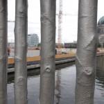 Geländerstangen der Rathausbrücke in Mitte (Foto: André Franke)