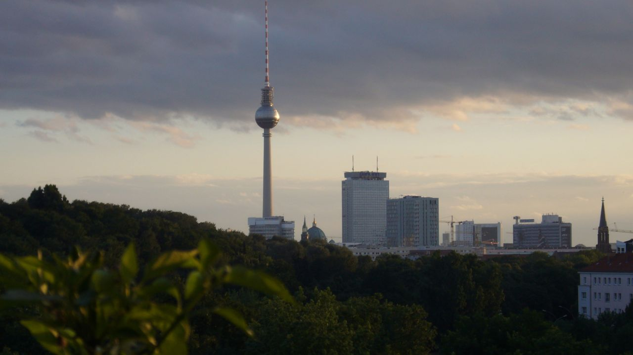 Einer geht noch rein. Die Skyline am Alexanderplatz ist ausbaufähig, wie dieses Foto vom Balkon an der Danziger Straße zeigt.