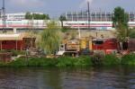 Berlin wird ein Dorf: Bauwagen auf dem Holzmarkt-Gelände im September 2014