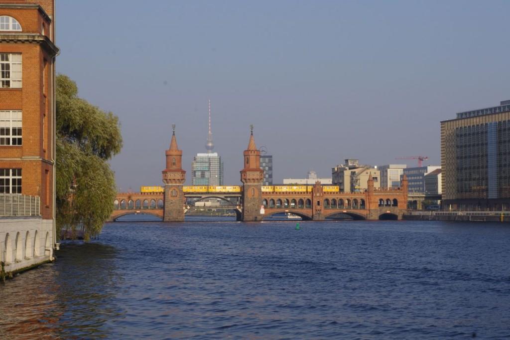 Ja hat denn der Investor keine Brückenfahrt gemacht? - Überstempelt hat er den Schaft des Fernsehturms, ein Stadtbild versaut. Kann er es durch Architektur wieder gut machen?