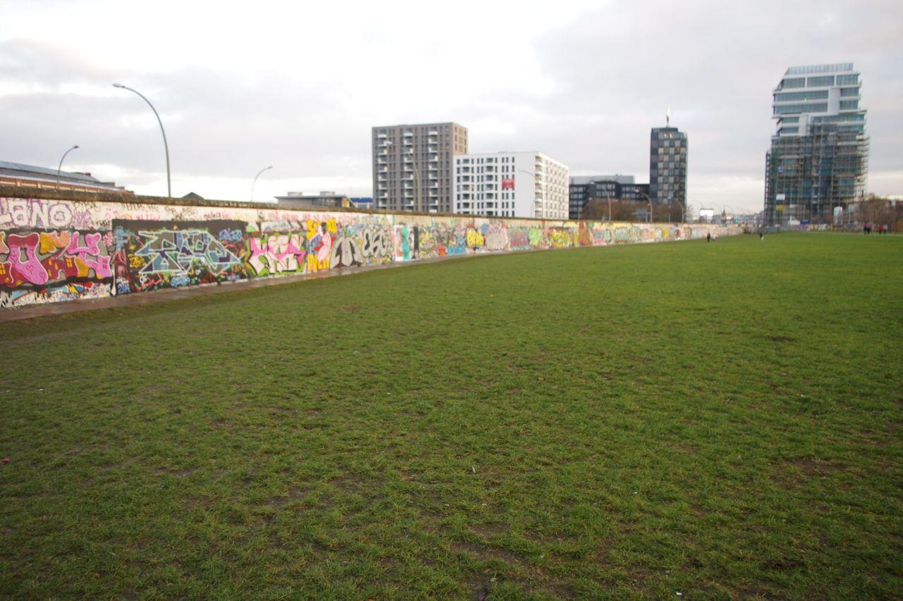 """Westseite: Graffities. Im Hintergrund Neubauten im Umkreis der O2-Arena (ab 1. Juli 2015 """"Mercedes-Benz""""-Arena)"""