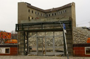 Das ist einen Steinwurf von der Friedrichstraße entfernt und vom Reichstagsgebäude. Abrissarbeiten am Schiffbauerdamm, Januar 2015