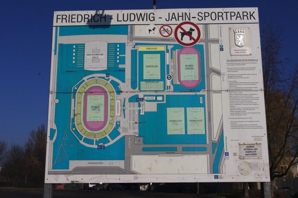 Übersichtsplan auf dem Gelände des Jahn-Sportparks in Prenzlauer Berg: früher Grenzlage an der Berliner Mauer und Mielkes Showbühne, heute Sanierungsfall