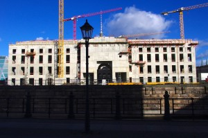 An einem sonnigen Februarsonntag: das Schlossportal III (Eosanderportal), das sich noch ohne die Portalkrönung zeigt, an der Bildhauer Frank Kösler in der Schlossbauhütte in Spandau gegenwärtig noch arbeitet (Foto: André Franke)