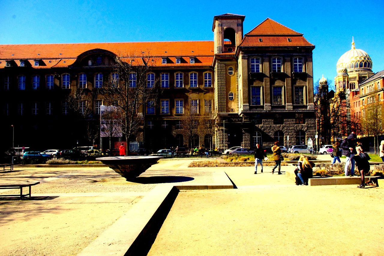 Im Monbijoupark: Altes Haupttelegrafenamt, in das ein Hotel einziehen soll. Rechts: Oranienburger Straße mit Neuer Synagoge. (Foto: André Franke)