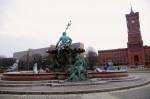 Rückseite Neptunbrunnen vor Rotem Rathaus und Rathauspassagen, 2013 (Foto: André Franke)