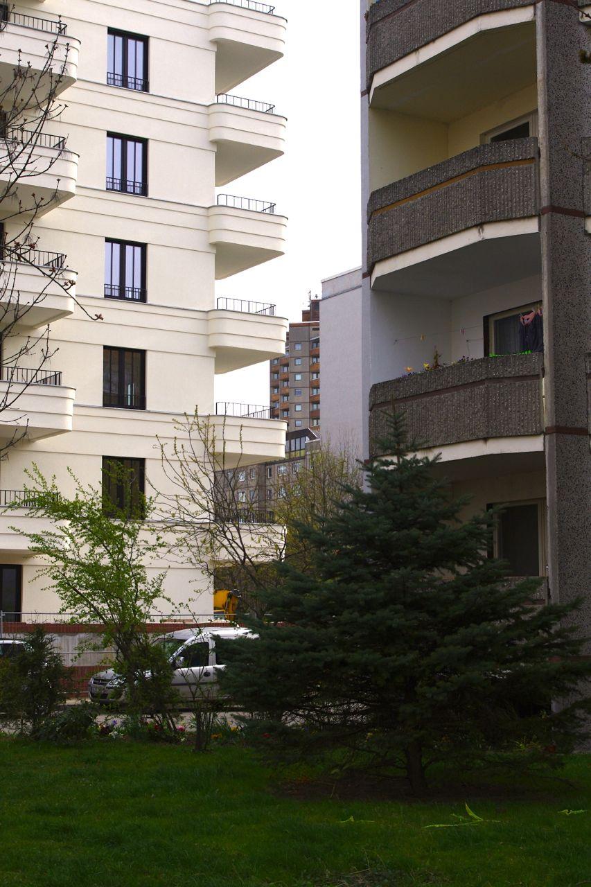 Städtebauliche Verdichtung: Eigentumswohnungsbau in der Ella-Kay-Straße trifft auf Plattenbauten im Thälmannpark (Foto: André Franke)