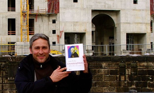 """Vom Beton zum Buch. So schnell kann´s gehen: """"Unser König"""" - Erst beworben, dann erworben: Ersteres hat die gesprächige Frau aus Charlottenburg für mich getan, blechen war mein Part. Danke! (Foto: nette Passantin, ohne Buchempfehlung)"""