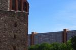 """""""Grenzsteine"""" des Rathausforums: die Marienkirche (links), die Rathauspassagen (hinten). Vermittelndes Grün, das es heute schon nicht mehr gibt. (Foto: André Franke, Sommer 2014)"""