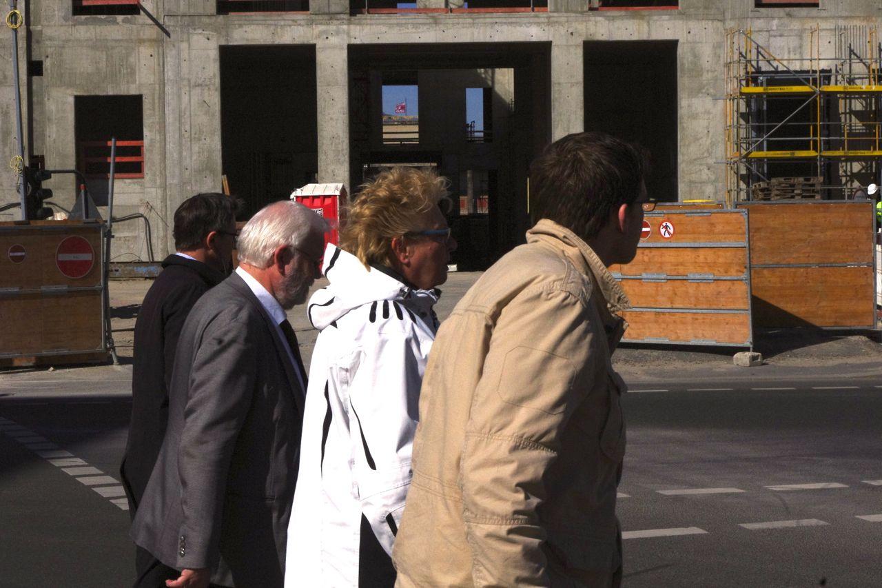 Schlossplatz, März 2015: Passanten passieren die zukünftige Schlosspassage ohne sie wahrzunehmen. Muss ja auch noch nicht sein. (Foto: André Franke)