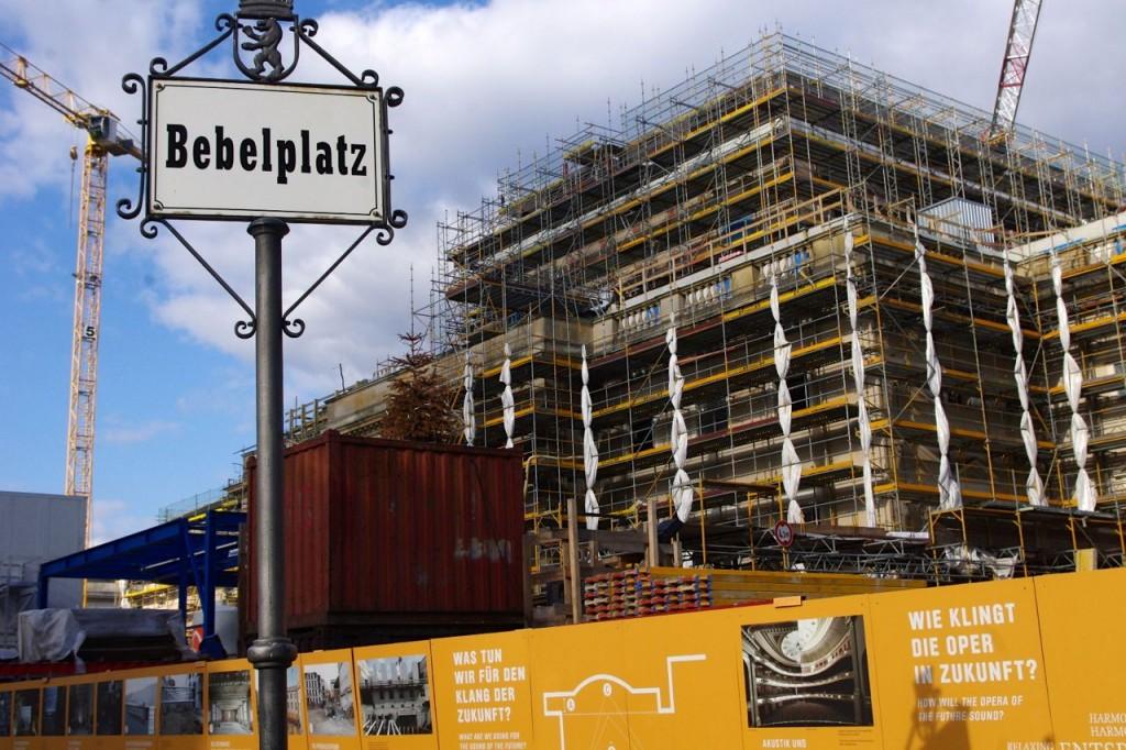 Die Staatsoper-Baustelle vom Bebelplatz: aktueller Eröffnungstermin (Nr. 3) ist der 3. Oktober 2017