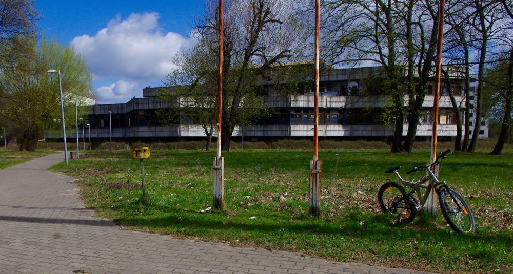 Rostes vor sich hin: das ehemalige Konferenzzentrum am Sportforum Hohenschönhausen im April 2015 (Foto: André Franke)