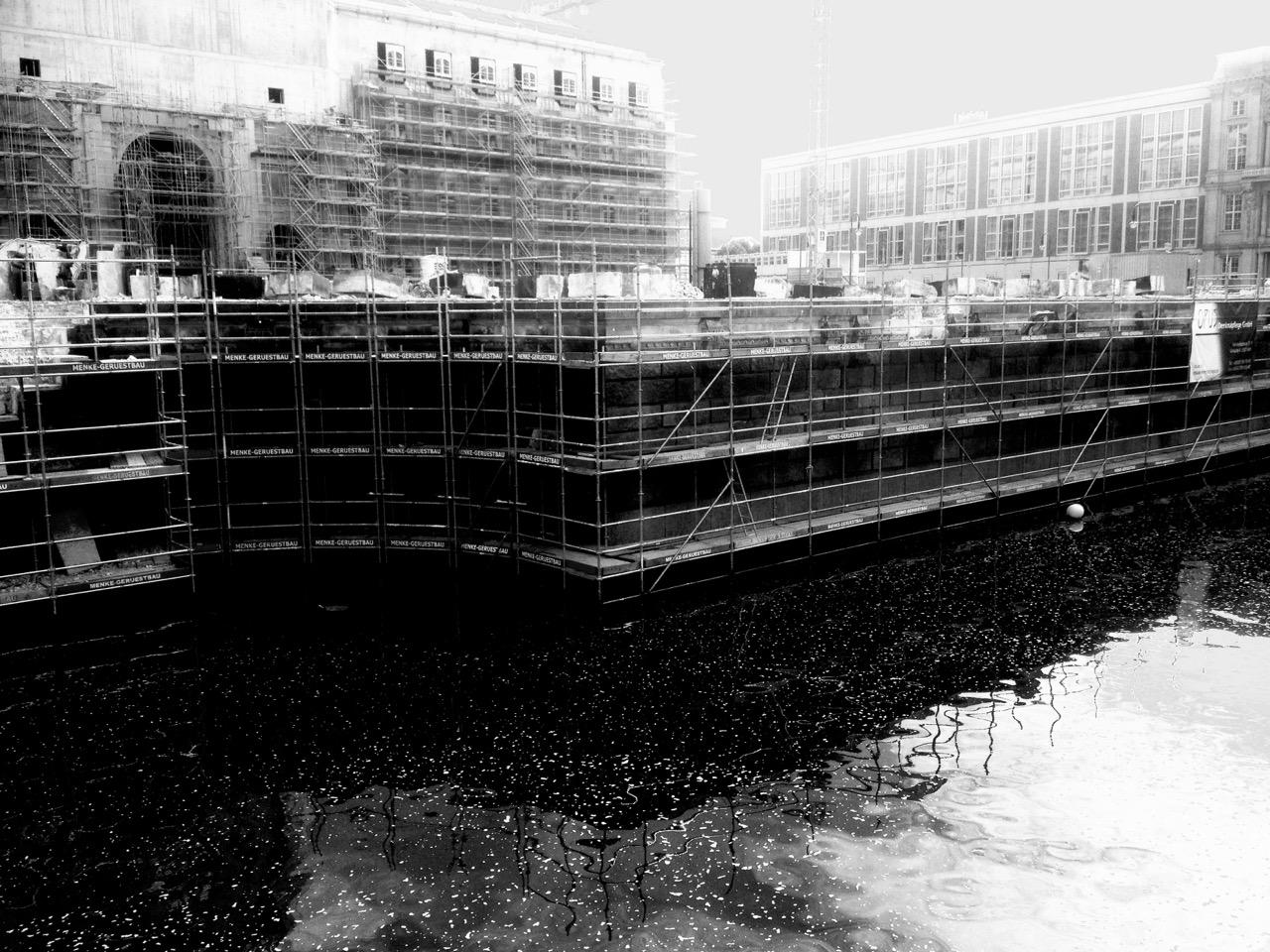 """Die """"Schlossfreiheit"""" vor dem neuen Schloss bleibt frei, ohne das Freiheits- und Einheitsdenkmal, das auch als """"Wippe"""" die Runde machte (Foto: André Franke)"""
