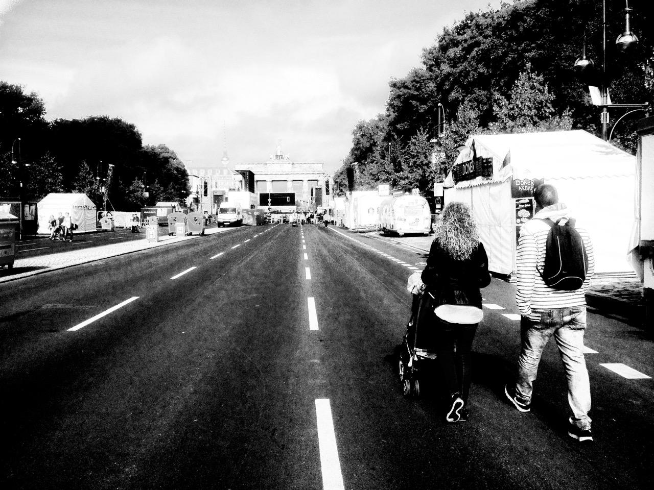 Familiengang zum Brandenburger Tor: Die Fanmeile ist frei zugänglich für Fußgänger und Radfahrer bis 12. Juli - zur spielfreien Zeit (Foto: André Franke)