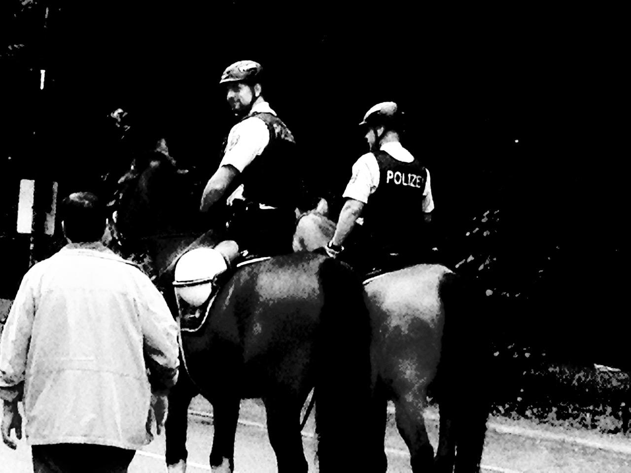 Patrouille Richtung Siegessäule - Berittene Polizisten begegnen einem Passanten (Foto: André Franke)