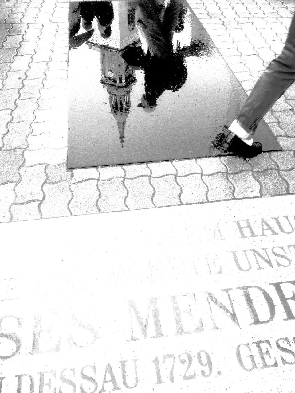 Genial und nur bei Regen: gespiegelte Umwelt des Denkmals (Foto: André Franke)