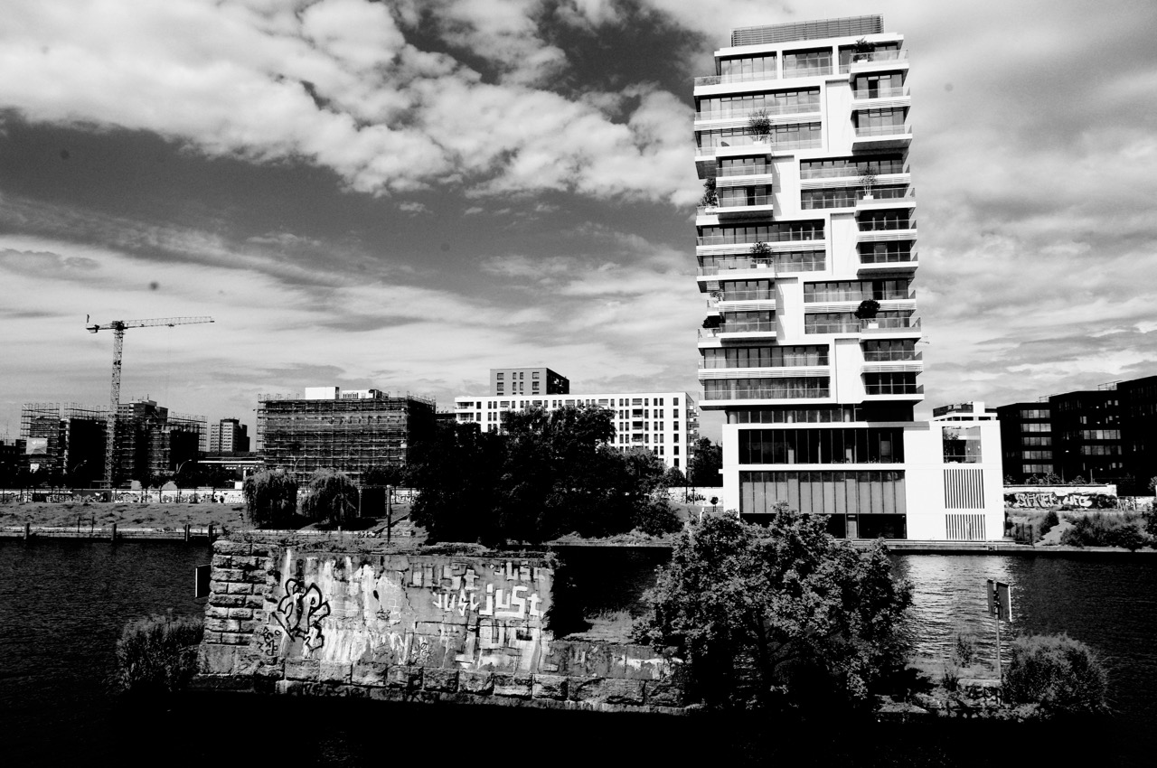 "Blick vom Kreuzberger Spreebalkon: Restpfeiler der Brommybrücke und Wohnsolitär ""Living Levels"" im alten Todesstreifen (Foto: André Franke)"
