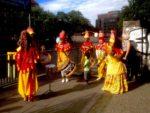 Trommler-Gruppen beim Museumsfest im Juli 2016, um die Kommunikation zwischen Diesseits und Jenseits zu zelebrieren. Im Hintergrund: die Trommler auf dem anderen Ufer (Foto: André Franke)