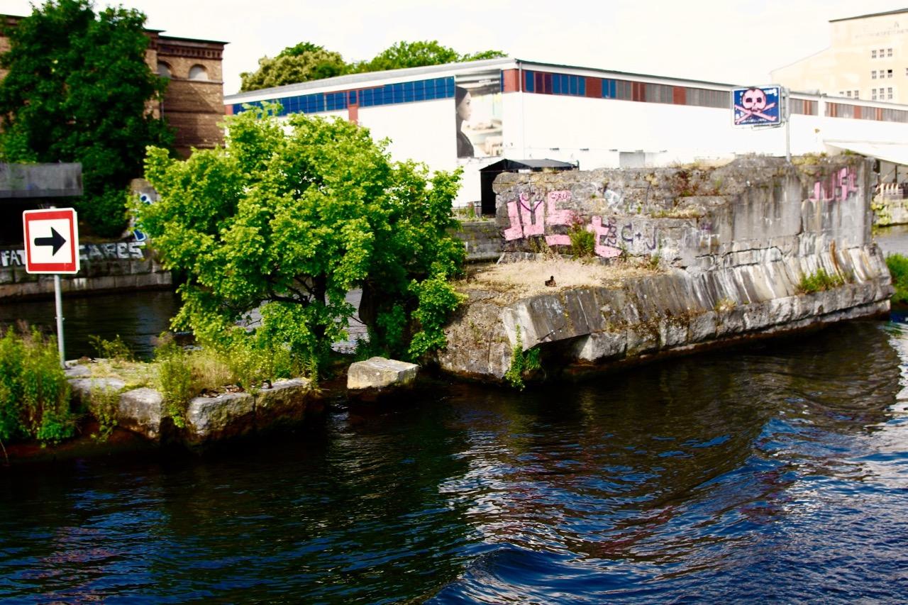 Fels in der Brandung: Reste des Brückenpfeilers der Brommybrücke in der Spree. Sie soll wieder aufgebaut werden (Foto: André Franke)