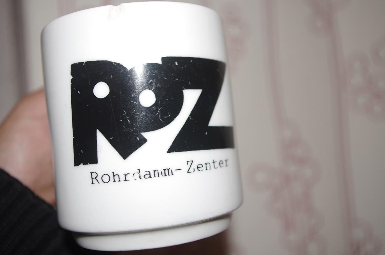 """Kaffeetasse aus dem Rohrdamm-Zenter, genannt """"ROZ"""", Institut für Stadt- und Regionalplanung der TU Berlin (Tasse und Foto: André Franke)"""