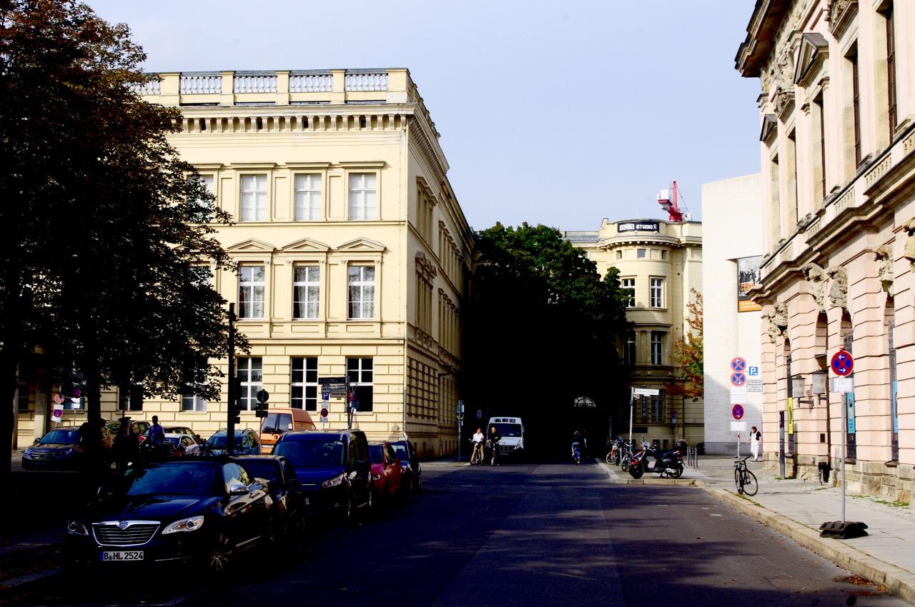 """Hier wird die Oberwallstraße zu """"Hinterm Gießhaus"""". In der Ecke, am Baum, biegt der Straßenzug nach rechts ab zur Mueumsinsel. (Foto: André Franke)"""
