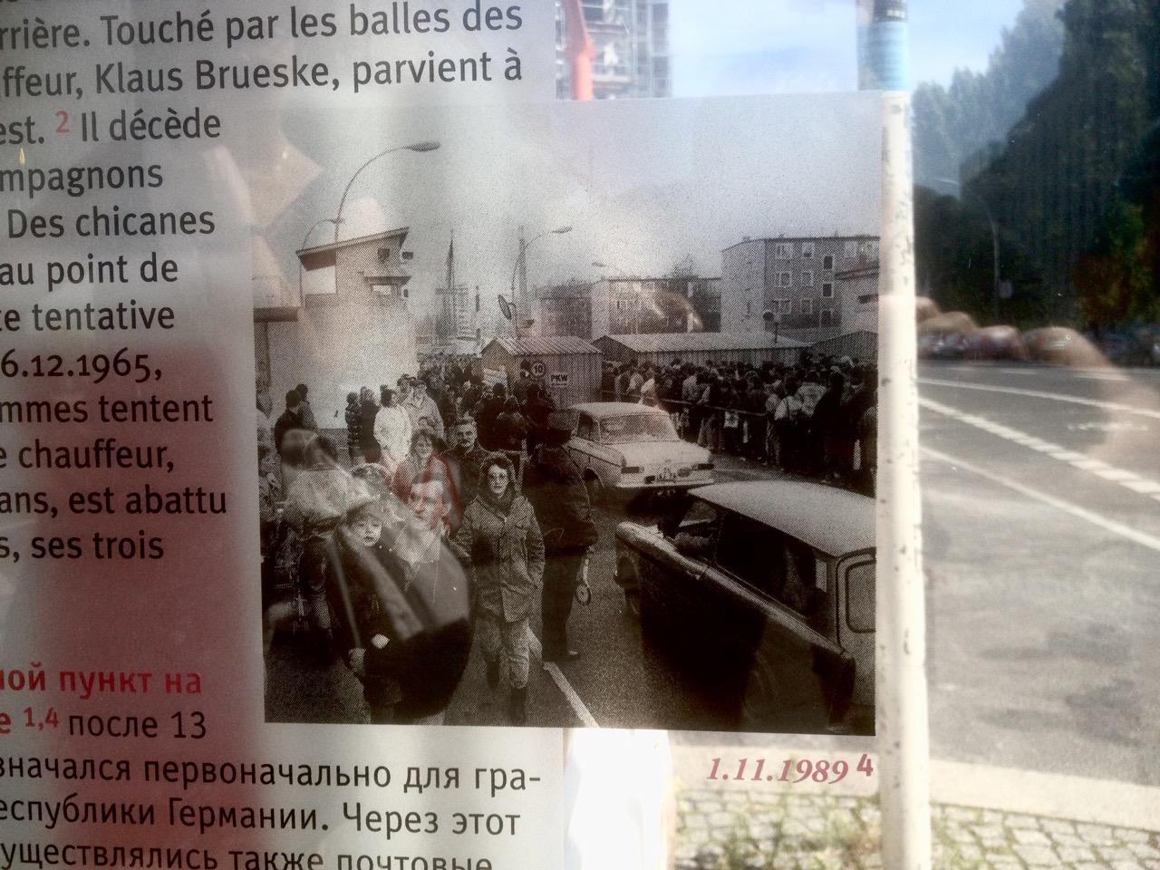 """Postsozialistische Infotafel am ehemaligen Grenzübergang Heinrich-Heine-Straße. Mauerfall. Acht Tage vor Schabowskis """"Sofort""""?"""