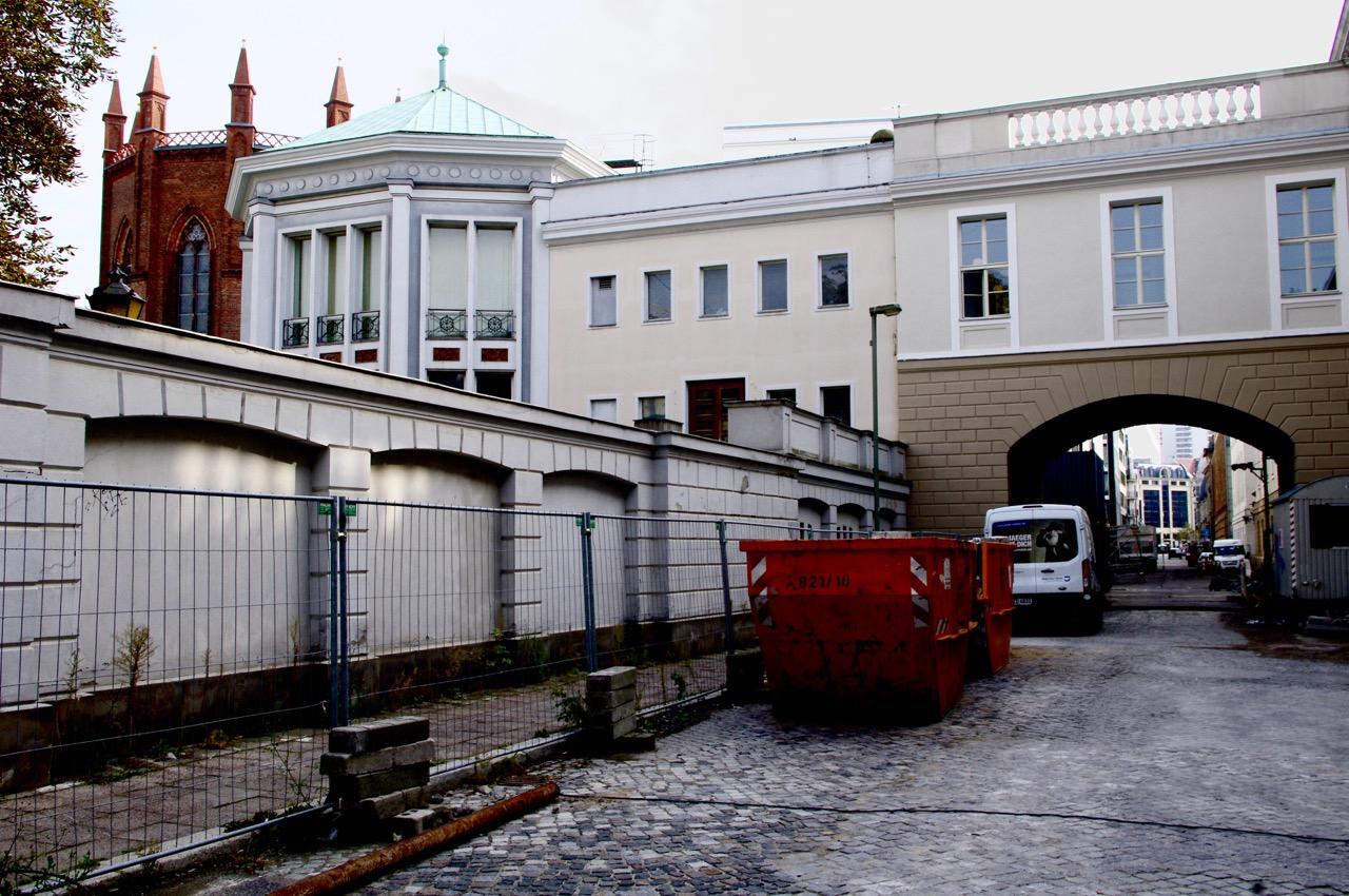 Oberwallstraße nach Süden. Blickpunkt Hausvogteiplatz-Fassade. Links: Friedrichswerdersche Kirche und achteckiger Schinkel-Pavillon (Foto: André Franke)