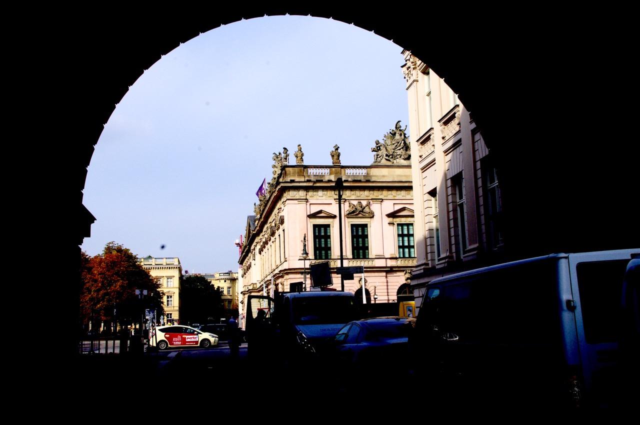 Eine Offenbarung erfährt, wer hier weitergeht. Aus der Enge heraus entfaltet sich das Panorama von Unter den Linden: 180 Grad Berlin (Foto: André Franke)