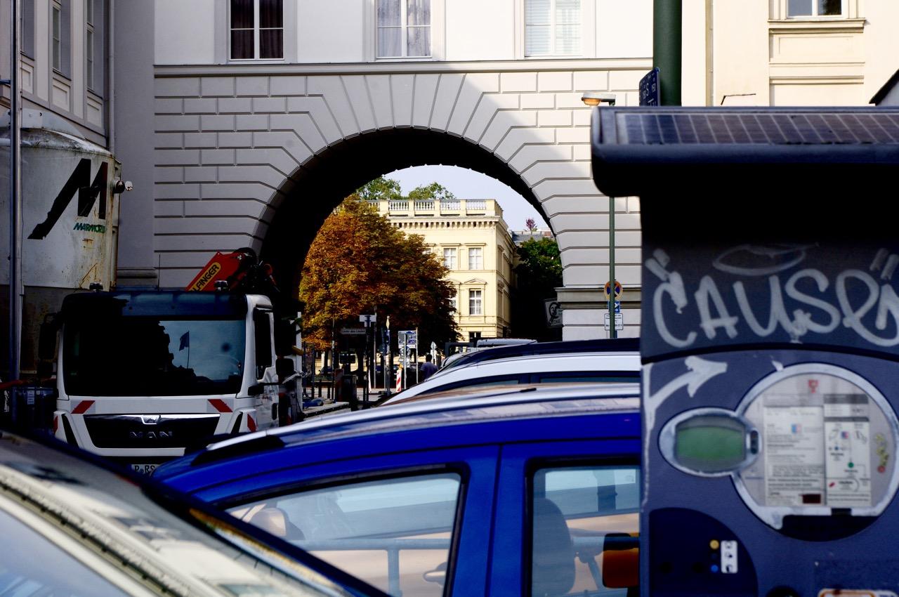 Oberwallstraße, Blick durch Brückenbogen zum Palais am Festungsgraben. Zuviel Blech im Stadtraum, inklusive Parkscheinautomat (Foto: André Franke)